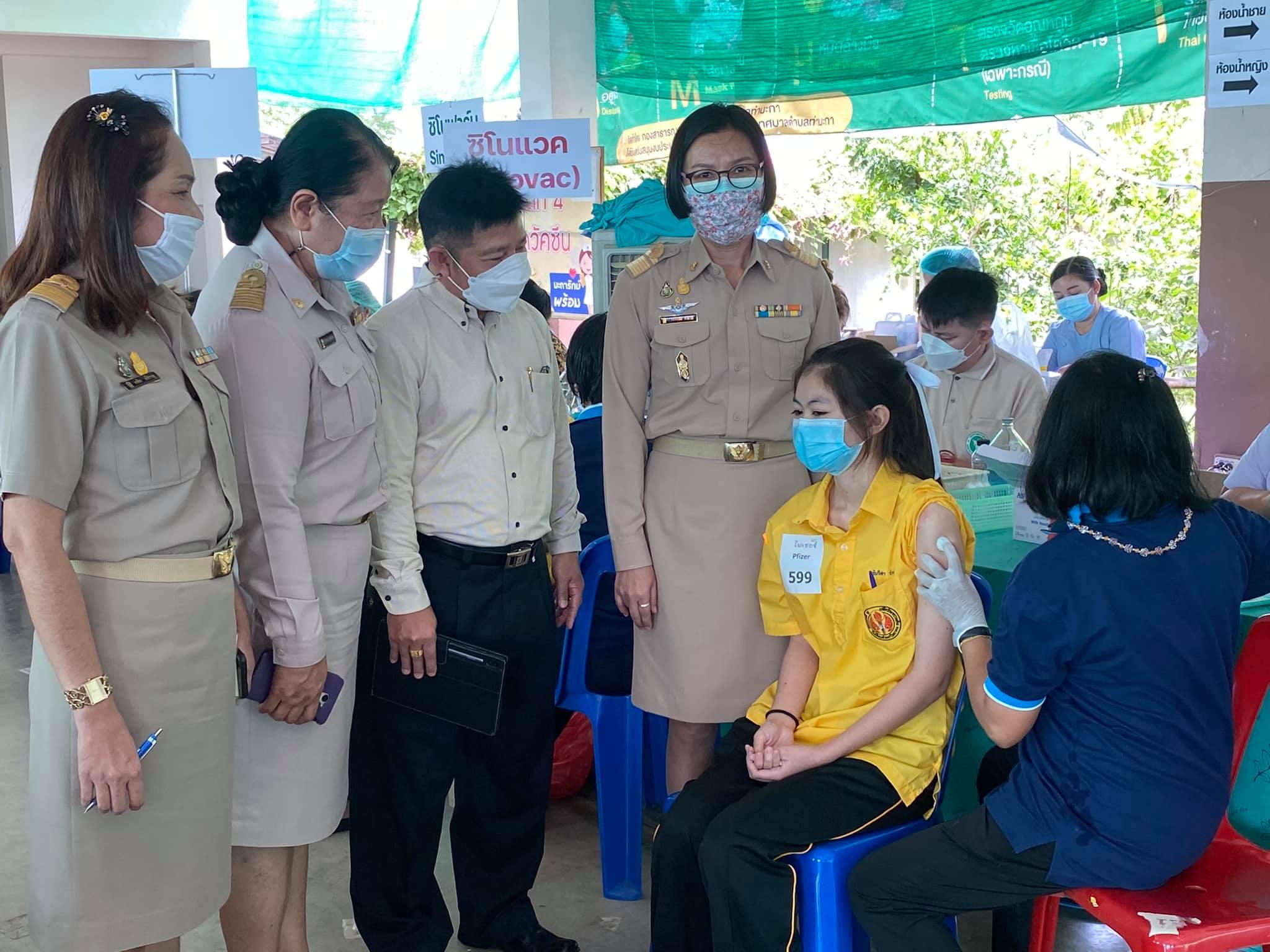 เมื่อวันที่ 18 ตุลาคม 2564 นางสาวอรวรรณ คำมาก รองศึกษาธิการจังหวัดกาญจนบุรี พร้อมด้วย นางสาววิไลรัตน์ คันธาวัฒน์ ผู้อำนวยการกลุ่มพัฒนาการศึกษา และนางอรศิมา ศรีสำราญ นักวิชาการศึกษาชำนาญการ ลงพื้นที่ตรวจเยี่ยม ให้กำลังใจ และติดตามการฉีดวัคซีนนักเรียนโรงเรียนท่ามะกาวิทยาคม